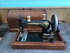 Sewing machine, by the Singer Manufacturing Company - 28K - 1905