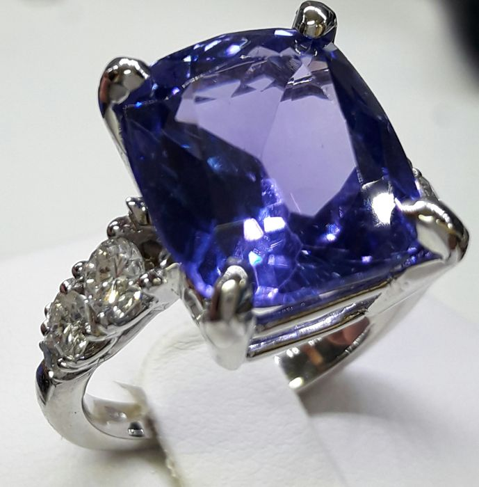 White gold ring (18 kt) with tanzanite (11.04 ct) and diamonds (0.70 ct) ***NO RESERVE***