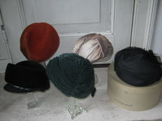 5 antique hats + authentic hats vases, 9 pair of gloves, hats box - 1st half 20th century - The Netherlands