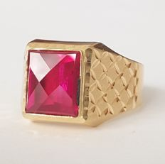 Ring in 18 kt gold with a red Verneuil ruby of 4 ct - Size: 19.7 mm, 22/62 (EU)