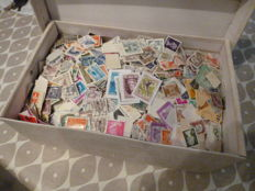 World, all eras, lot comprising 2 shoeboxes of thousands of stamps and 1000-1500 envelopes with various stamps