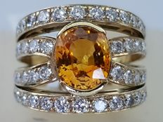 ***IGI Certificate*** 18 kt yellow gold ring with 2.50 ct natural orange sapphire and 1.60 ct (54) diamonds. ***NO RESERVE***