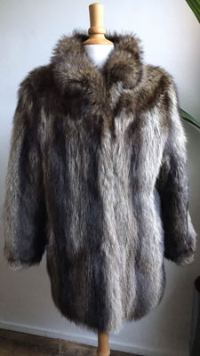 Luxurious silver fox fur coat (genuine fur)