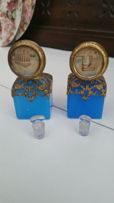 2 blue French opaline glass perfume bottles | Bronze fire-gilded frame, 19th century