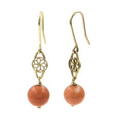 18 kt/750 yellow gold - Earrings with coral 8.80 mm (approx.) - Length: 34.30 mm (approx.)