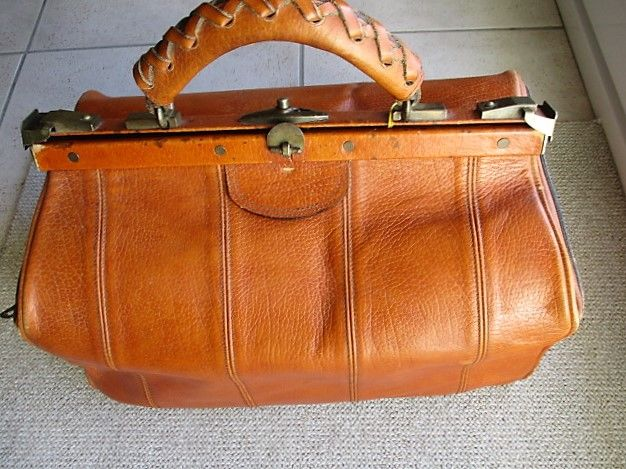 Vintage weekend bag (stagecoach style) in high quality leather - wear-proof and with key, France, 1960s