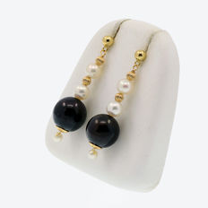18k/750 yellow gold earrings with cultured pearls - Length, 40 mm.