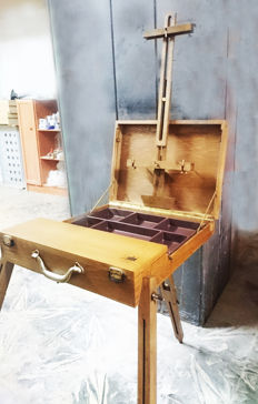 Folding easel for a painter, with built-in box.
