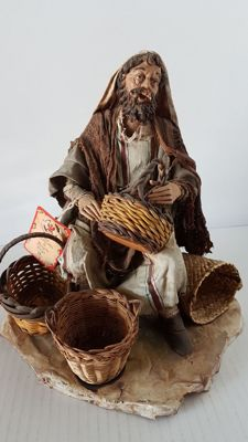 Angela Tripi – Pastor, basket-maker – Terracotta Nativity Sculpture with real fabric clothes - 30 cm