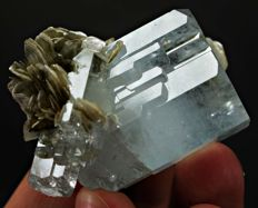 Perfectly Terminated Aquamarine crystals with Mucovite Mica - 43x43x29mm - 73g