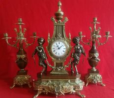 Impressive set of clock in alloy and chandeliers, with a few beautiful and romantic Cupids, French style - twentieth century