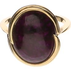 14 kt Yellow gold ring set with a purple ornamental stone - Ring size: 17 mm