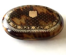 Oval tortoiseshell box with inlays of gold, silver and iridescent mother-of-Pearl, Charles X period - France - circa 1830-1840