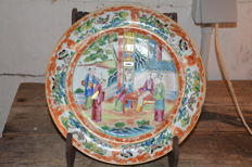 Very fine quality canton plate with a court scene - China - late 19th century
