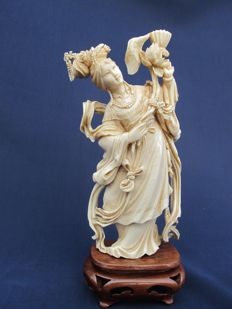 Splendidly carved Ivory statue on a wooden base of a richly decorated young lady - China - approx. 1930
