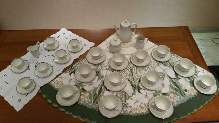Bareuther, set of 12 teacups and 1 set of 6 coffee cups, in fine porcelain, with gold leaf edges