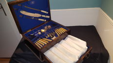 Large boxe mahgany  wood with drawer 42 cuttlery and 6 antique table napkins