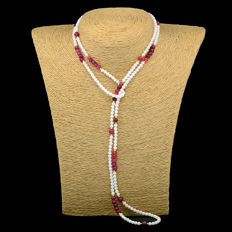 18k/750 yellow gold necklace with white coral and rubies.  - Length 103 cm