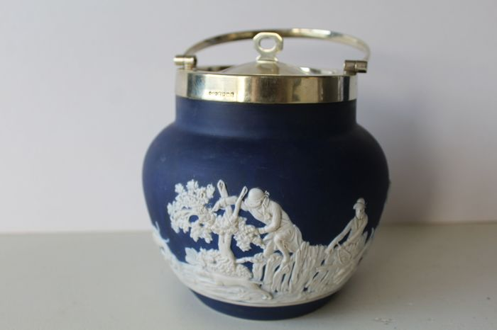 Antique Jasperware cookie jar featuring a fox hint theme - Adams Tunstall met Hukin and Heath silver plated rim and cover, ca 1900, United Kingdom,