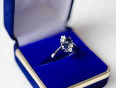 14 kt white gold ring with sapphires and diamonds; size 52 (12)