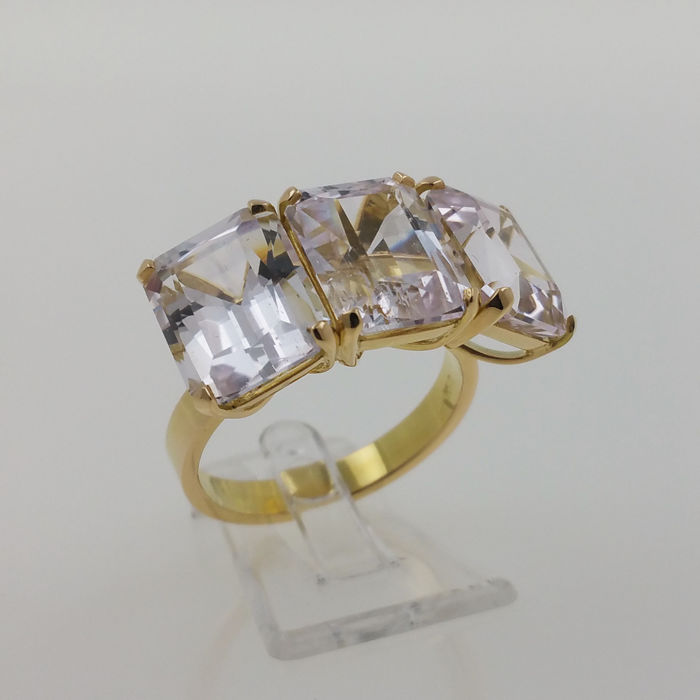 18 kt yellow gold trilogy ring with spectacular natural kunzites of 14.62 ct, CGS certificate.