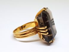 18 kt gold ring of 11.30 g with dark brown quartz of 40 ct in total - Size: ES 19