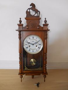 Wooden clock in beautiful cabinet with horse crown - Commodore - 20th century