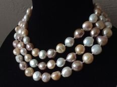 Necklace with baroque pearls.