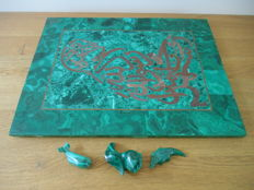 Plate and figures in polished malachite - 40 x 30.5 x 1.2 cm - 3600 g