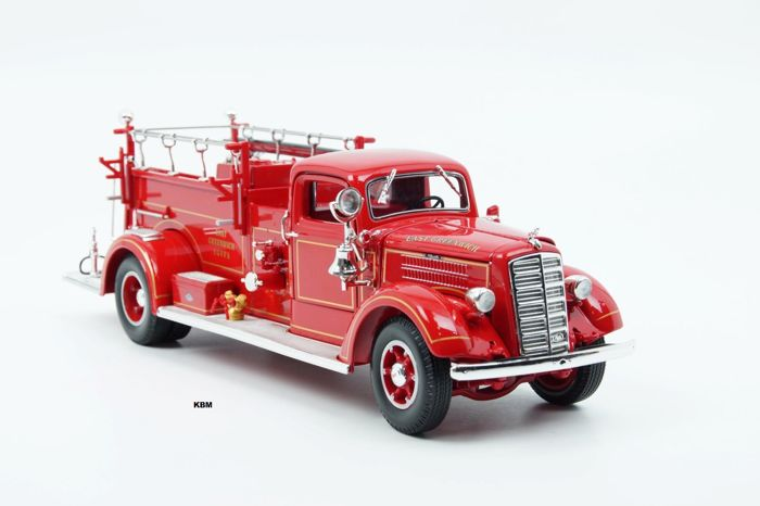 Road Signature - Scale 1/24 - Mack Type 75 Firetruck 1938 - Red with accessories