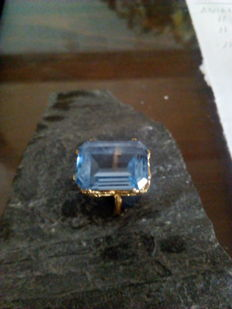 18 kt gold ring weighing 8.7 g with a central faux aquamarine stone - Ring size: 18 mm of interior diameter
