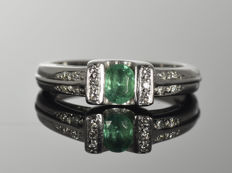 Gold 18 kt. Ring with emerald and diamonds • Size: 53 (ø 16.8 mm)  • No reserve price •
