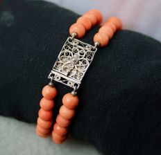 Antique bracelet with natural precious coral from the Mediterranean Sea.