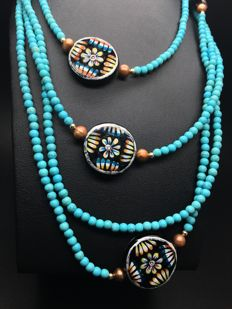 Necklace composed from turquoise, cultured freshwater pearls and ceramic handpainted discs with 14K yellow gold clasp and details – very long: 240cm