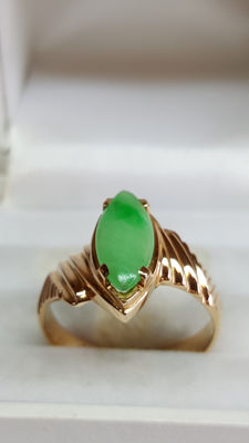 21.6 kt yellow gold women's ring set with a jade stone, around the 20th century