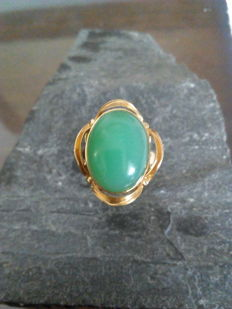 Ring in 18 kt yellow gold with a weight of 5.6 g and a jade centre stone