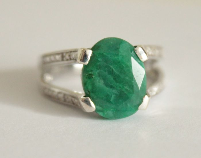 Silver ring with natural emerald and diamonds of 3.27 ct – Ring size:  18.2 (mm)