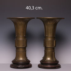A pair of large, heavy, bronze GU vases in Archaic style on wooden bases - China - 1900–1920