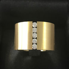 Ring in 18 kt gold tensioning with diamonds