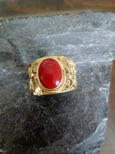 18 kt gold ring weighing 4.6 g with one red coral - Ring size: adjustable 16-23 mm interior diameter.