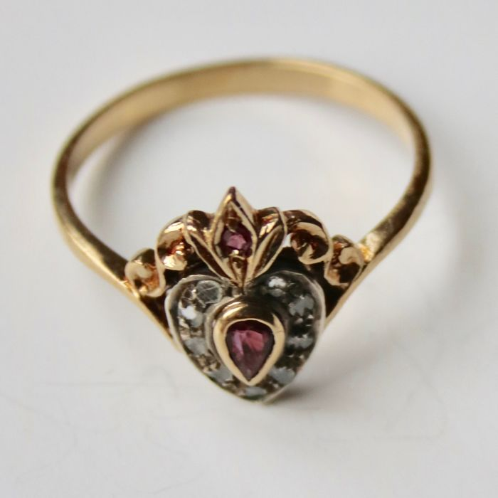 Handmade 14 kt gold ring with 2 small garnets and 9 rose cut diamonds in platinum, circa 1900