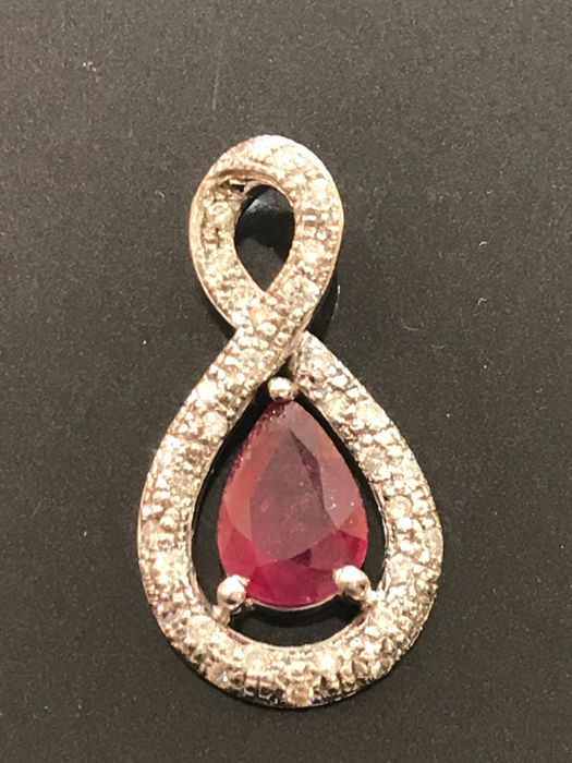 Pendant in 18 kt white gold with diamonds and rubies totalling 4.94 ct Top Wesselton