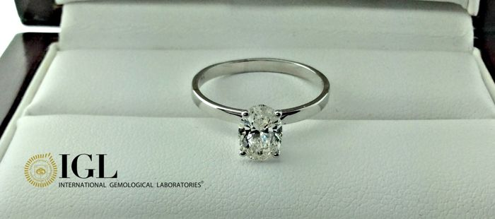 1.00 ct F/VS1 oval diamond ring made of 14 kt white gold - size 7
