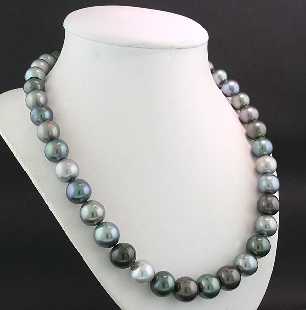 Wonderful multicoloured Tahitian pearl necklace (strand) with very fine lustre --no reserve--