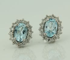 14 kt white gold rosette stud earrings set with blue topaz and brilliant cut diamonds, size: 11 x 9 mm