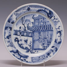 Large blue and white porcelain plate - figures on terrace and 'zotjes' in garden - China - 18th century (Kangxi period).