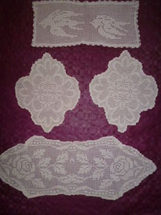 Lot consisting of 4 pink doilies