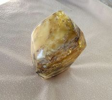 A beautifully polished, Baltic amber stone - 80 x 60 x 40 mm - 95 g