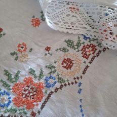 Coloured tablecloth with handmade embroidery and bobbin lace