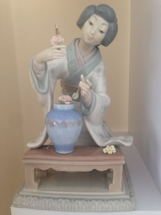 Lladro 4840 Geisha Japanese lady arranging flowers